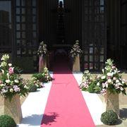 Ingresso di una chiesa addobbato per le nozze