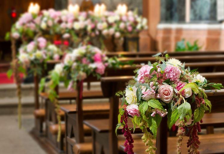 Addobbi floreali in chiesa sulle panche