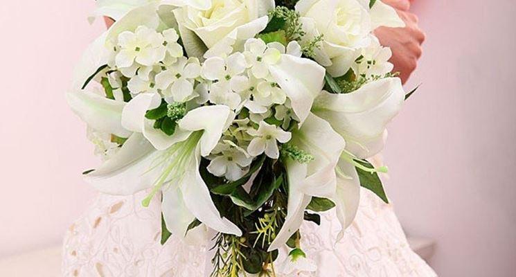 bouquet di gigli e rose bianche