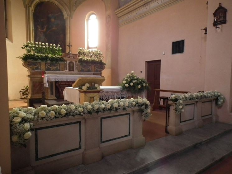 Composizioni floreali in chiesa semplici