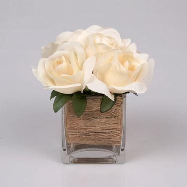 una semplicissima composizione di rose in vaso quadrato