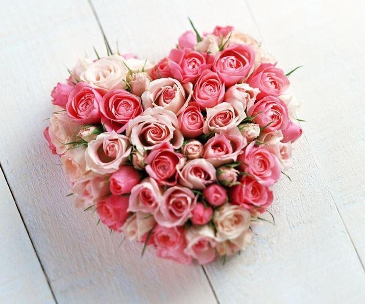 una composizione di rose a forma di cuore
