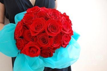 boquet di rose rosse con decorazione acquamarina