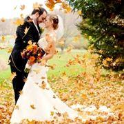 una coppia di sposi in autunno