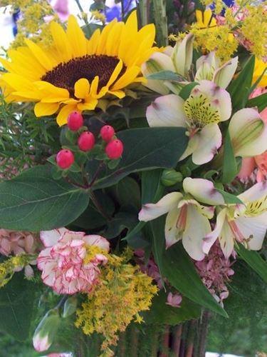 Composizione con girasoli, orchidee e bacche