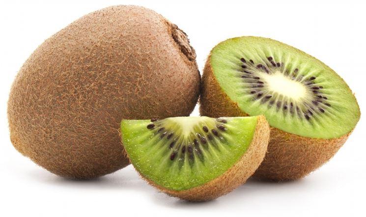 Kiwi intero e tagliato