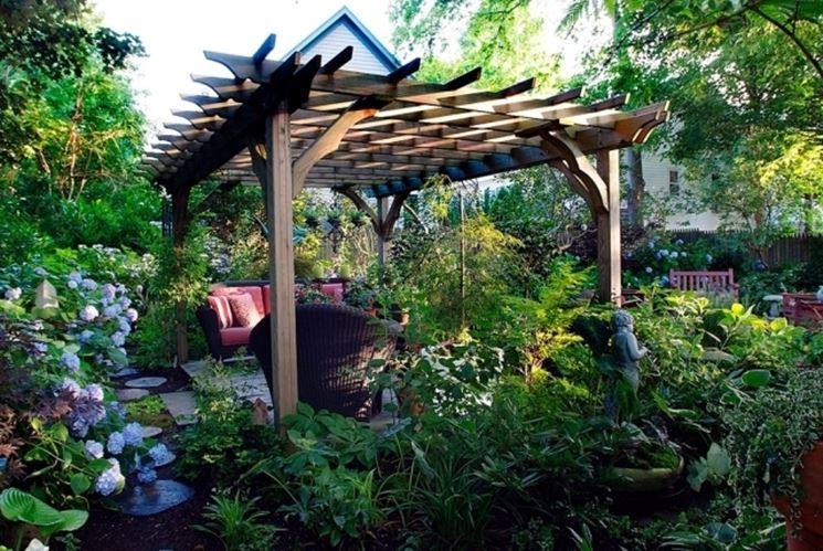Giardino arredato con gazebo in legno