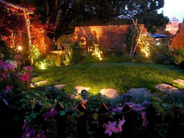 Giardino illuminato con faretti