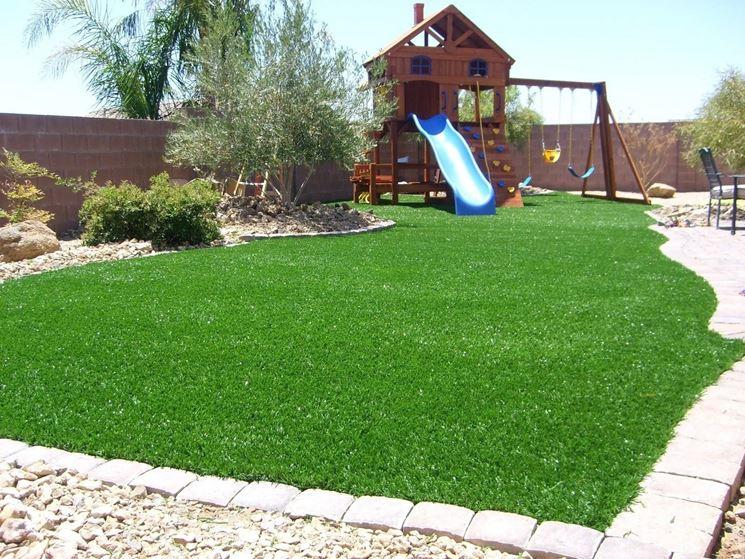 Bellissimo giardino con erba sintetica