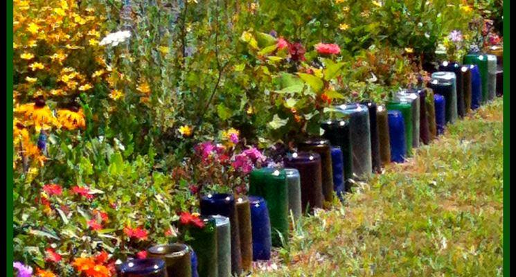 Bottiglie di vetro usate come divisori nell'orto e giardino