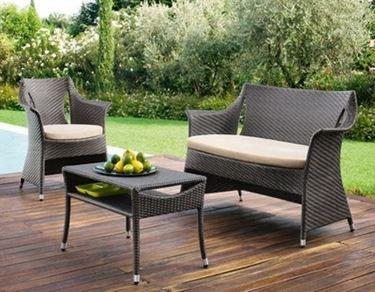 tavolo e sedie come complemento per giardino