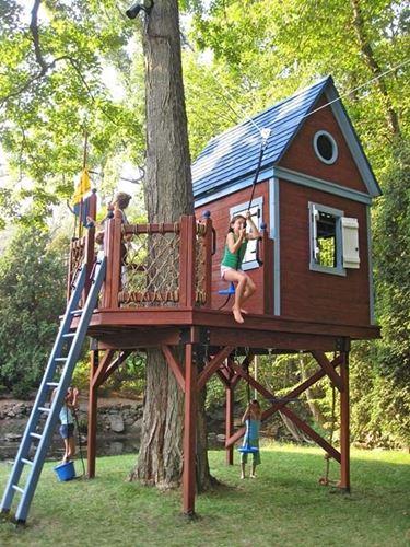 La casa sull'albero può diventare luogo di giochi o magnifica camera dal design moderno