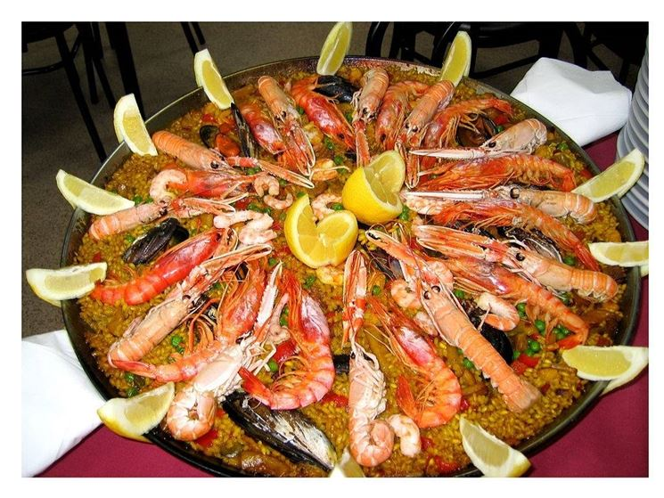 Paella, piatto tipico spagnolo con zafferano