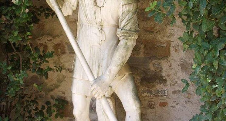 Una statua di un uomo che vanga