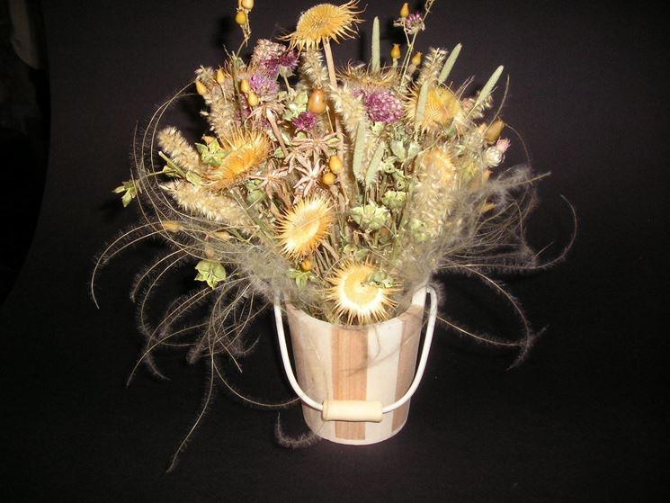 Centrotavola di fiori secchi in secchiello di legno