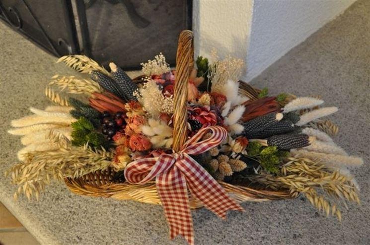 Cestino con fiori secchi e frutta