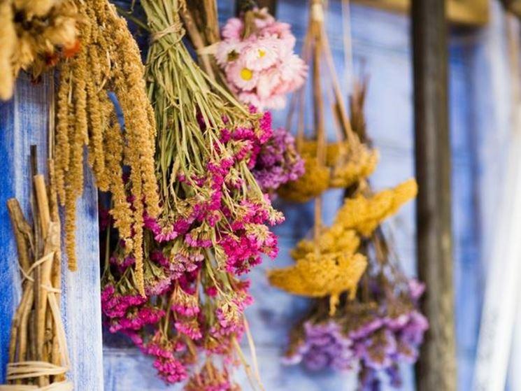 Una composizione di fiori e piante secche