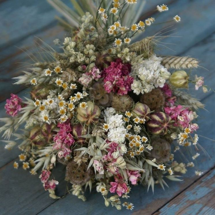 Un pot-pourry di fiori secchi profumati