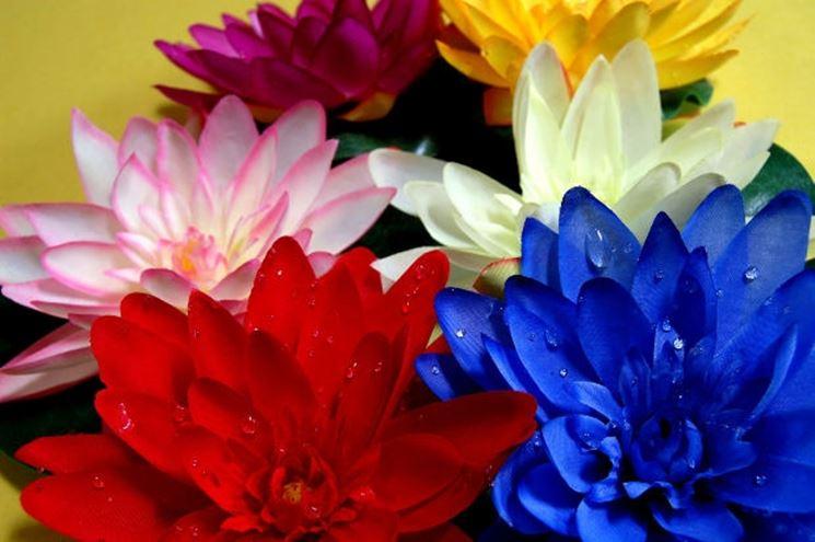 fiori artificiali variopinti