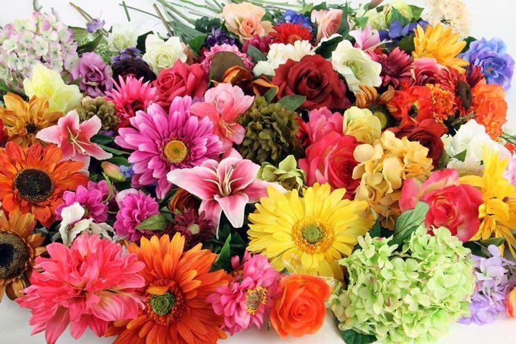 Dei bellissimi fiori artificiali di vari colori e specie