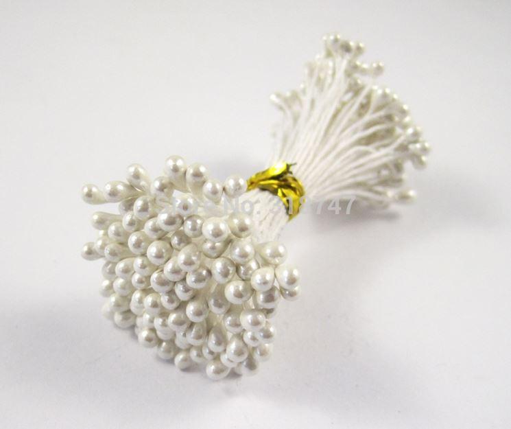 Dei pistilli bianchi per fiori finti usati anche per le bomboniere